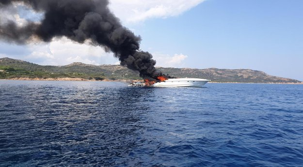 bateau en flamme